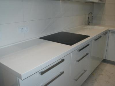 Кухня белая г. Брест Столешница Corian Cameo White